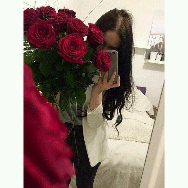Девушка сзади с цветами   красивые фото 027