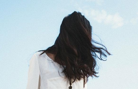 Девушка сзади с черными волосами   фото 010