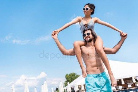 Девушка сидит на плечах у парня   фото (1)
