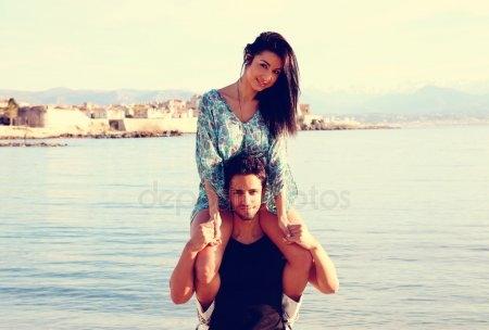 Девушка сидит на плечах у парня   фото (10)