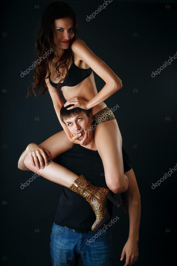 Девушка сидит на плечах у парня   фото (12)