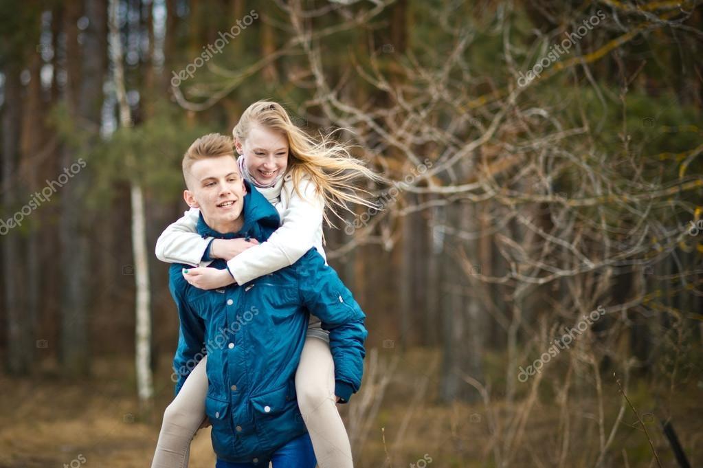 Девушка сидит на плечах у парня   фото (18)