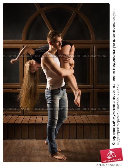 Девушка сидит на плечах у парня   фото (24)