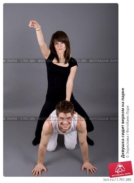 Девушка сидит на плечах у парня   фото (27)