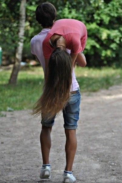 Девушка сидит на плечах у парня   фото (31)