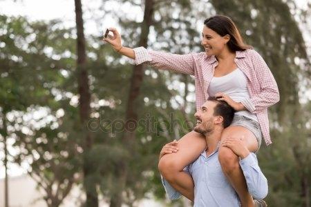 Девушка сидит на плечах у парня   фото (33)