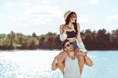 Девушка сидит на плечах у парня   фото (7)