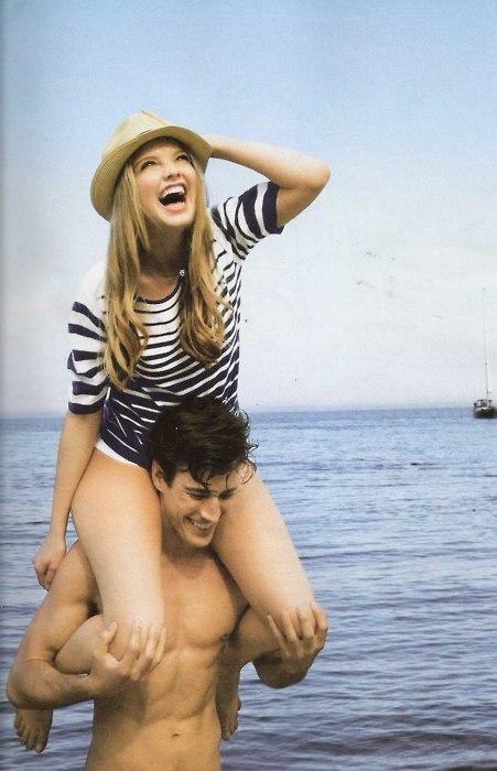 Девушка сидит на плечах у парня   фото (8)