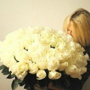 Девушка с белыми розами в руках (17)