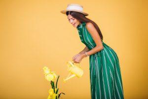 Женщина поливает цветы картинки026