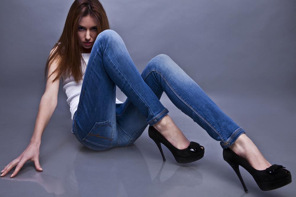 Женщины в обтягивающих штанах на каблуках   фото (11)