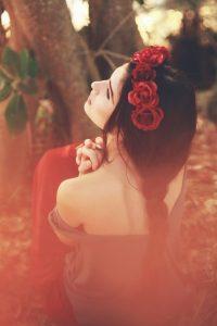 Картинка девушка с цветами со спины брюнетка020