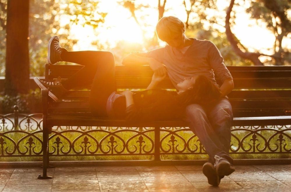 Картинки девушка у парня на коленях сидит   подборка (18)