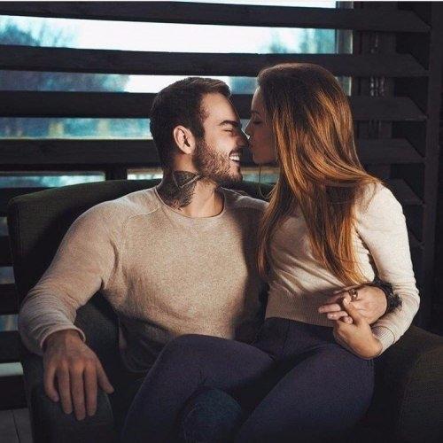Картинки девушка у парня на коленях сидит   подборка (20)