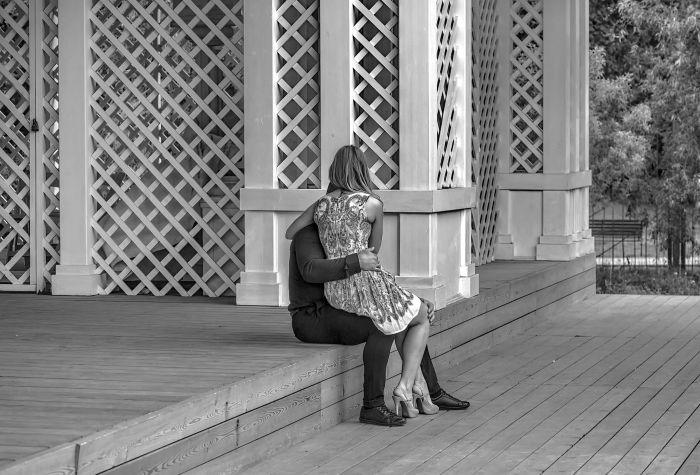 Картинки девушка у парня на коленях сидит   подборка (29)