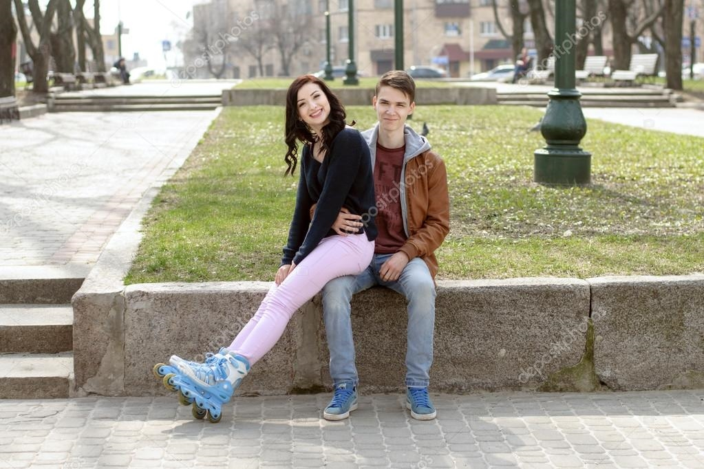 Картинки девушка у парня на коленях сидит   подборка (4)
