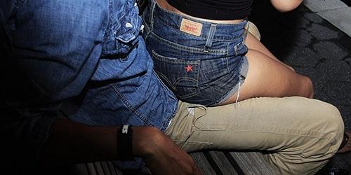 Картинки девушка у парня на коленях сидит   подборка (7)