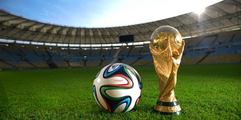 Картинки футбольного мяча на поле 023