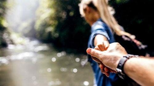 Мальчик держит девочку за руку   фото 027