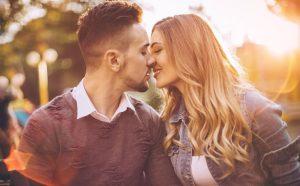 Мужик целует женщину фото 022