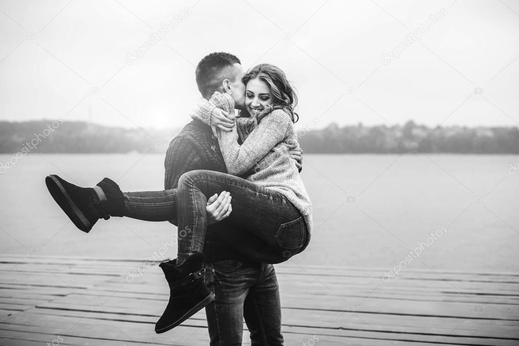 Мужчина держит на руках девушку   фото 001