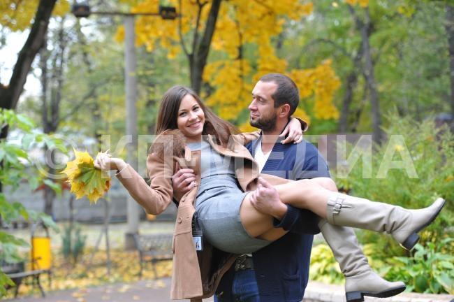 Мужчина держит на руках девушку   фото 007