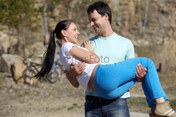 Мужчина держит на руках девушку   фото 008