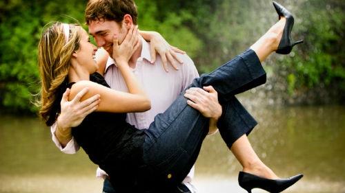 Мужчина держит на руках девушку   фото 013