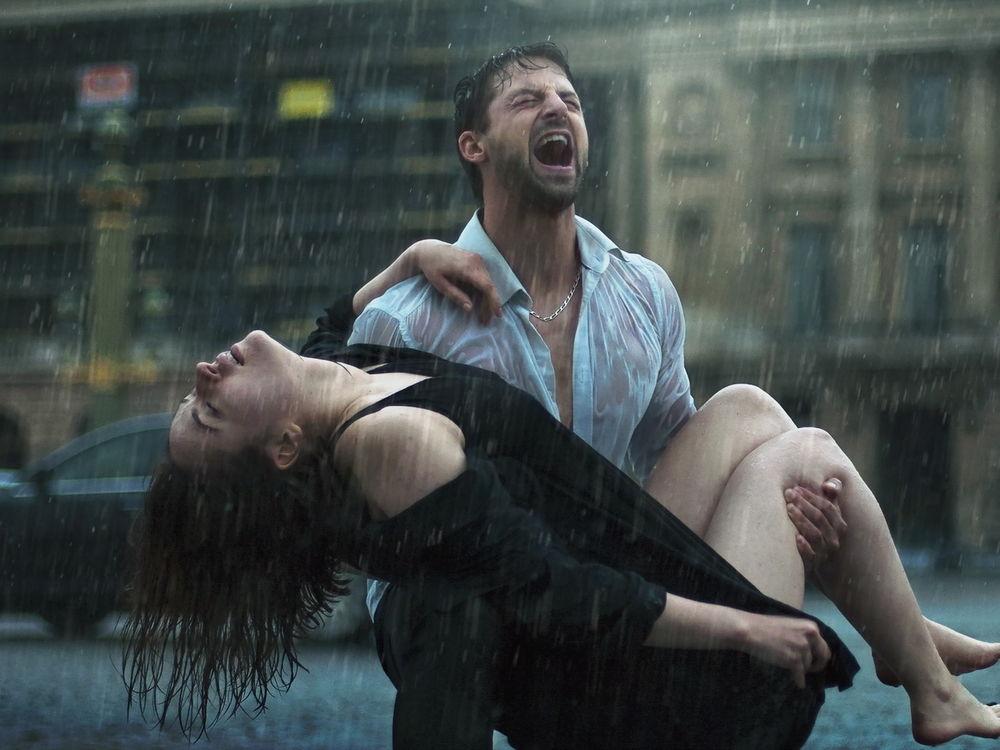 Мужчина держит на руках девушку   фото 018
