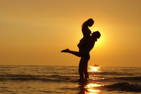Мужчина держит на руках девушку   фото 019
