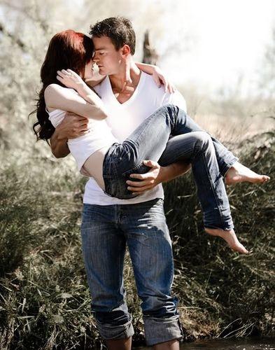 Мужчина держит на руках девушку   фото 024