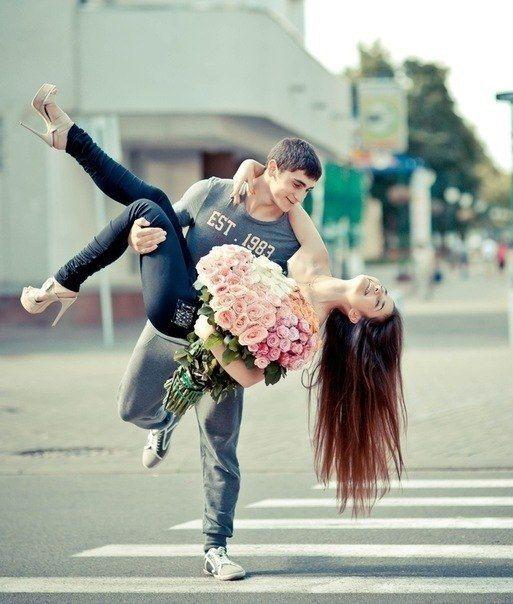 Мужчина держит на руках девушку   фото 025