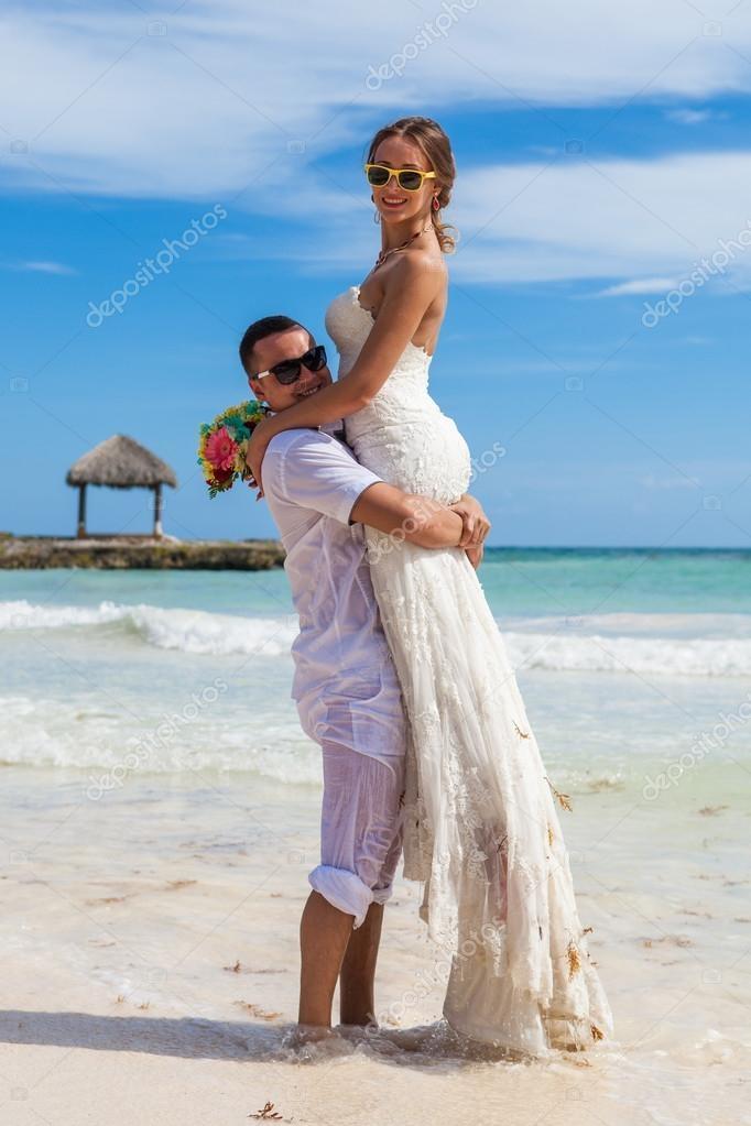Мужчина держит на руках девушку   фото 026