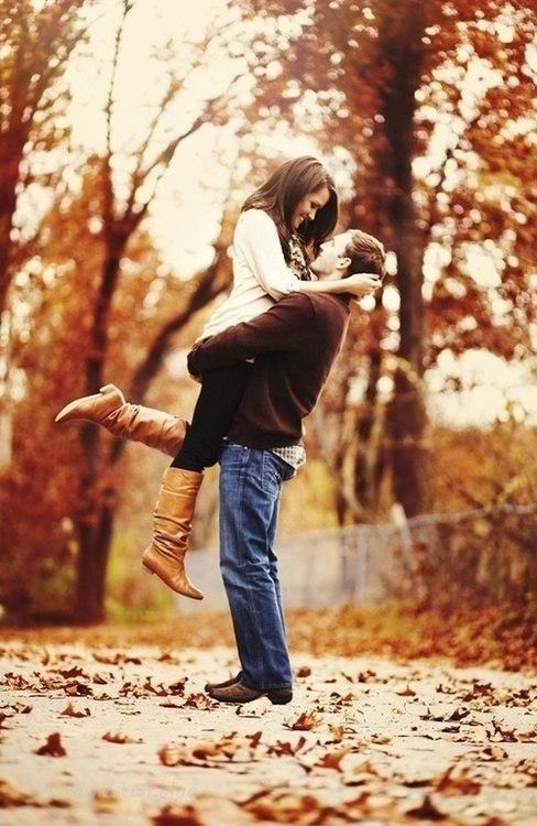 Мужчина держит на руках девушку   фото 027