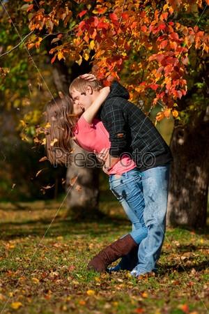 Пара в осеннем парке   красивые фото 013