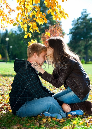 Пара в осеннем парке   красивые фото 016