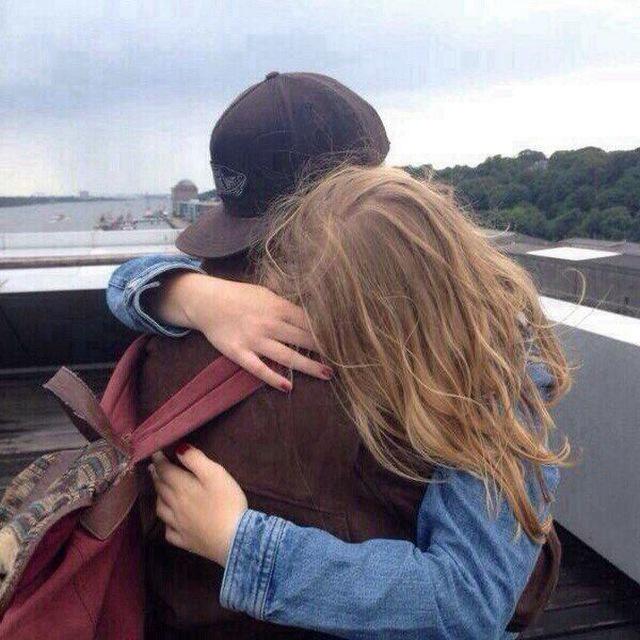 фото девушка целует парня русые волосы телочки