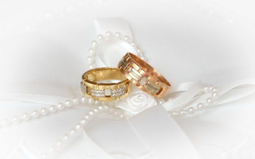 Фото две руки с кольцами   очень красивые 028