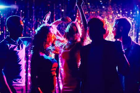 Девушка в ночном клубе фото без лица свинг секс в клубе в москве