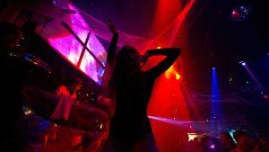 Фото девушек без лица в ночном клубе   подборка (10)