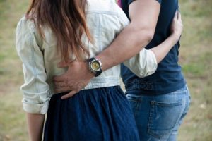 Фото девушка запрыгнула на парня обняв ногами   подборка (19)