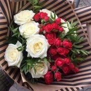 Фото девушка и букет цветов023