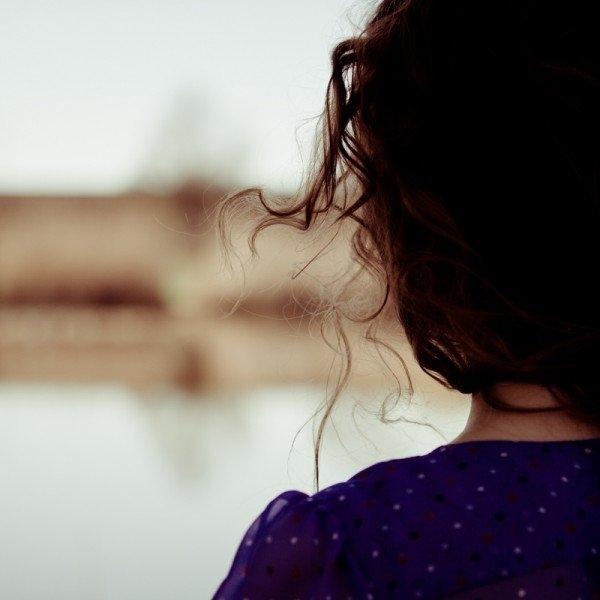 Фото девушка спиной стоит   подборка 010