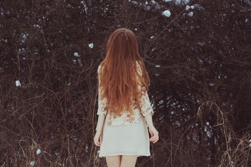 Фото девушка спиной стоит   подборка 021