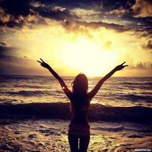 Фото девушка с поднятыми руками 024