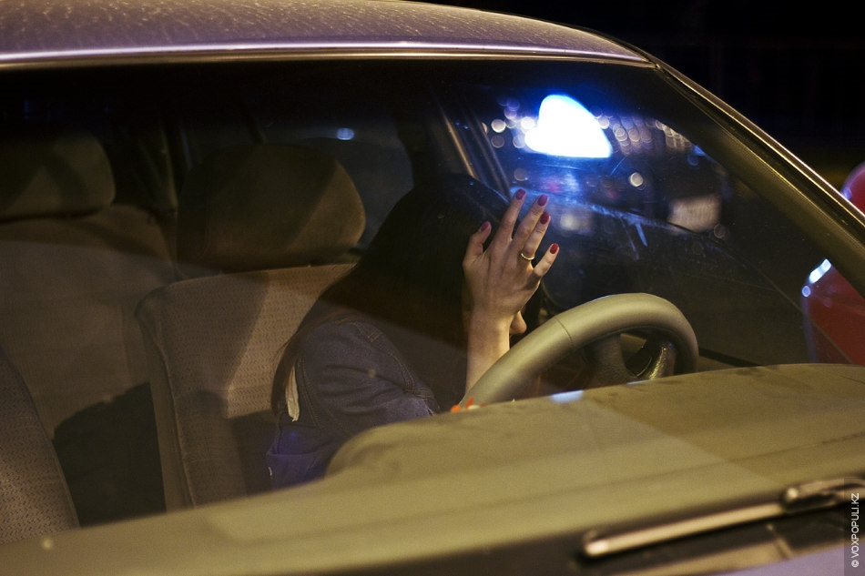 Картинки девушек ночью в машине
