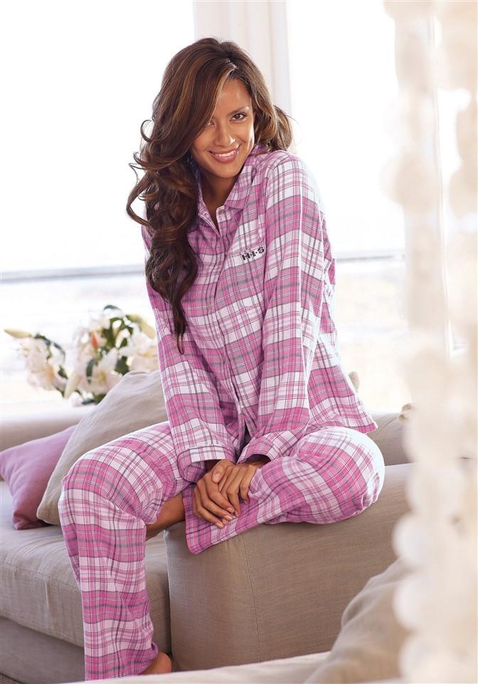 посмотрев фото симпатичных девушек в пижаме энергично надрачивает
