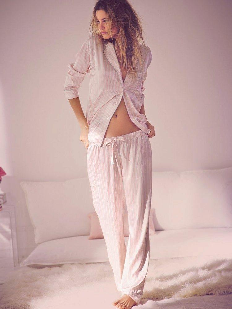 фотография девушки в пижаме уже много