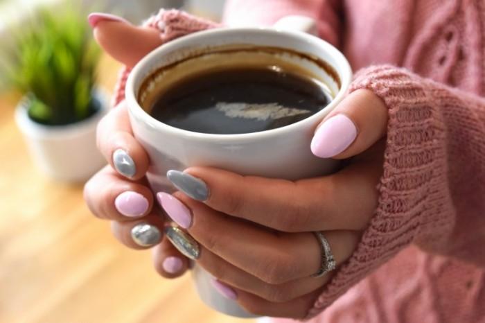 Фото девушки с чашкой кофе в руках   подборка (13)
