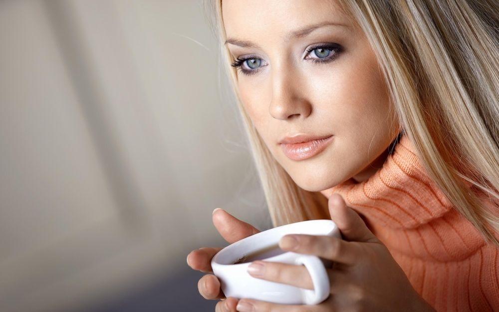 Фото девушки с чашкой кофе в руках   подборка (17)